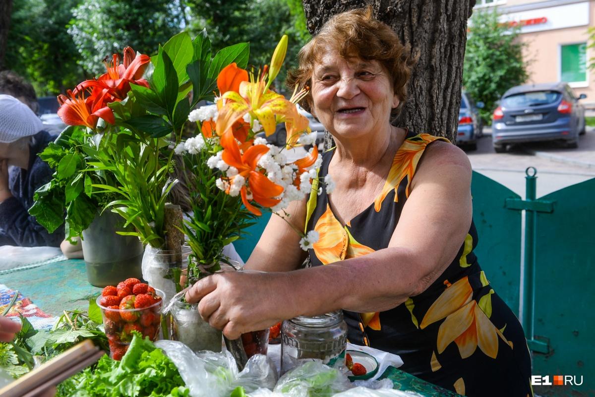 Почему у бабушек самая сладкая клубника и где они ее выращивают: репортаж с рынка в Екатеринбурге