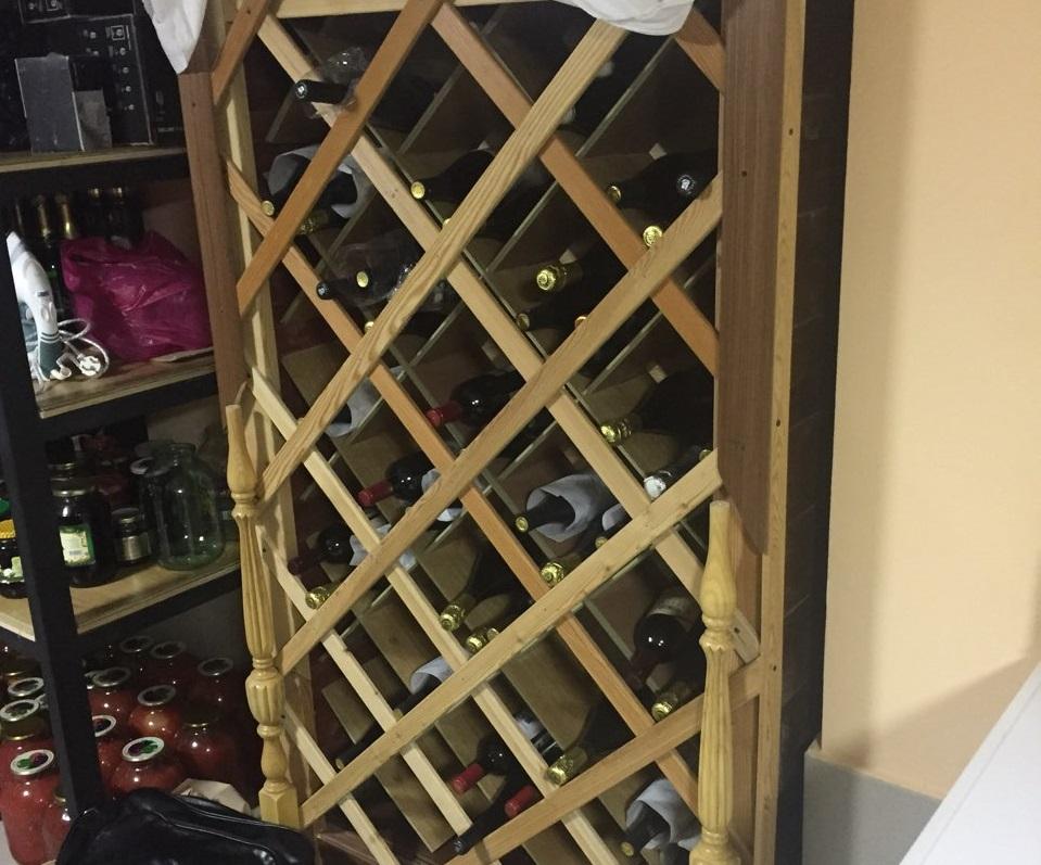 Еще бутылки с алкоголем располагаются прямо в ящиках.
