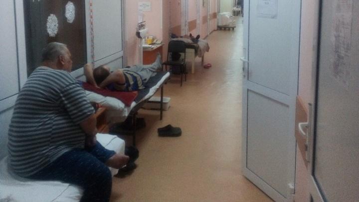 Омичей с пневмонией и ОРВИ укладывают в коридорах больниц — мест в палатах не хватает