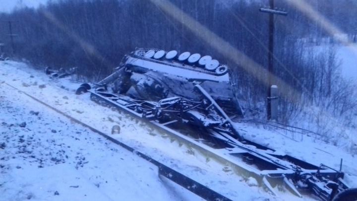 На Свердловской железной дороге с рельсов сошел состав, перевозивший военную технику
