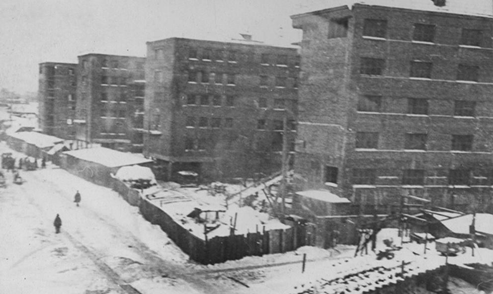 Комплекс начали строить в 30-е годы прошлого века, когда возникла острая потребность в жилье