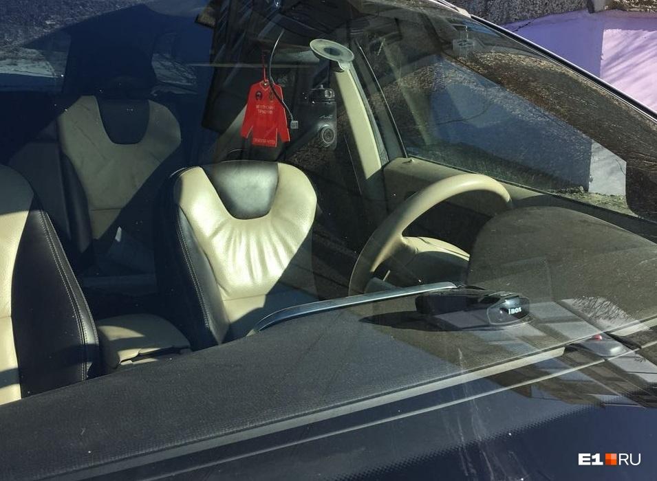 Символика «Уральского трубника» на лобовом стекле Volvo