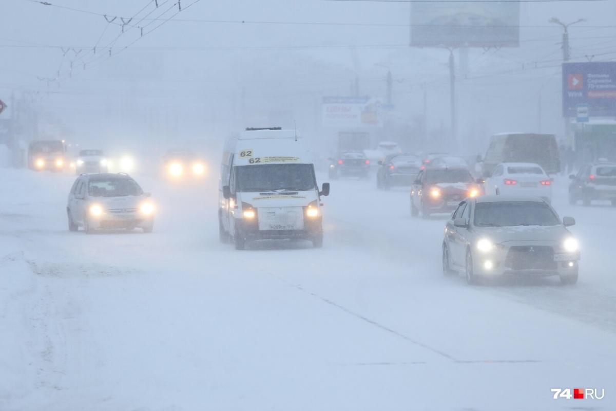 Дикие пробки, а снегопад не прекращается