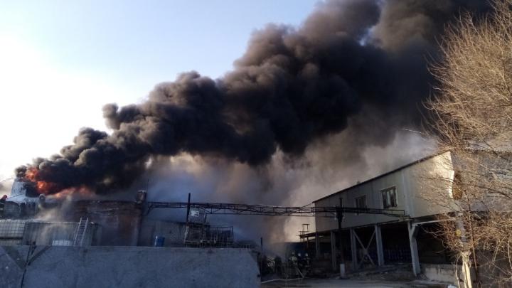 Появилось видео тушения горящего склада под Волгоградом