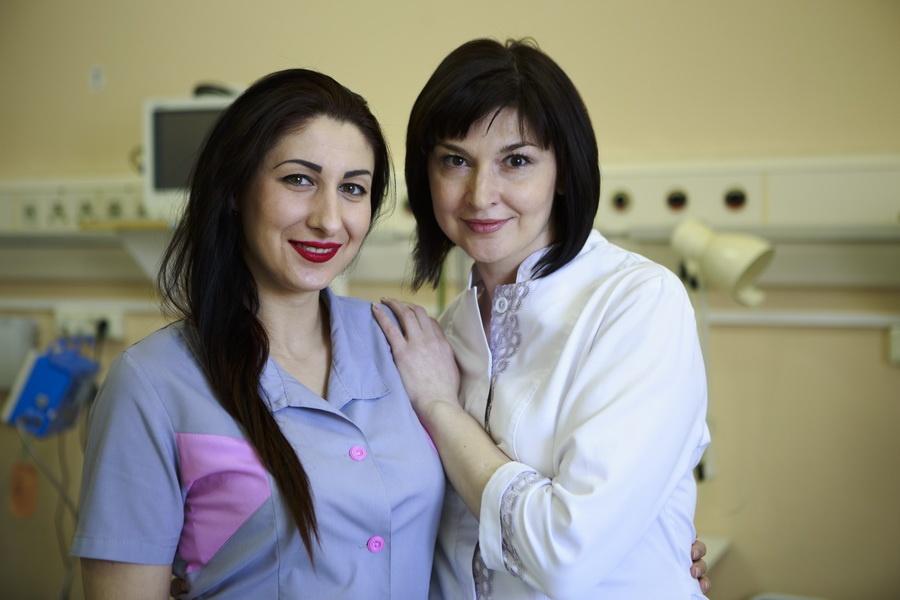 Медсестра отделения реанимации и интенсивной терапии Ирина Сергеева (слева) и врач анестезиолог-реаниматолог Наталья Кабакова, Черепановская ЦРБ