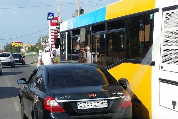 Вторая Продольная встала в пробке из-за ДТП автобуса и иномарки