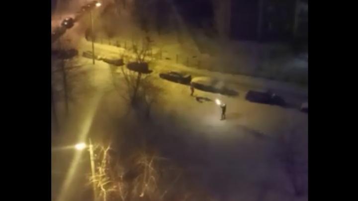 В Екатеринбурге задержали мужчину, который в новогоднюю ночь стрелял из автомата во дворе: видео