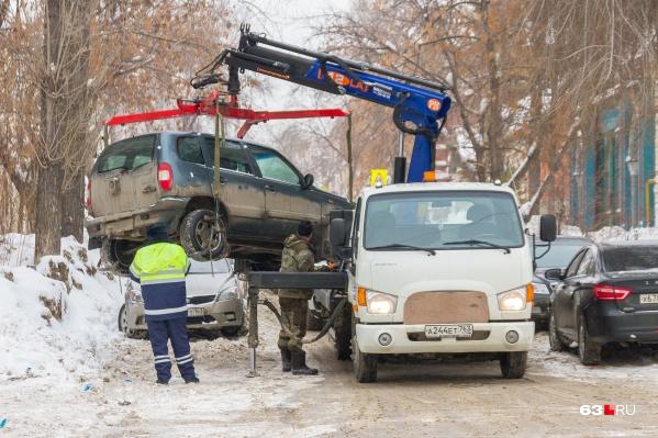 За эвакуацию машины автомобилистам приходится платить по 1900 рублей