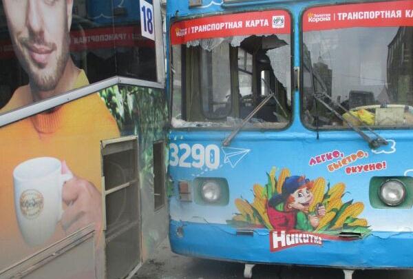 Троллейбус остался без лобового стекла после аварии у дома под строкой