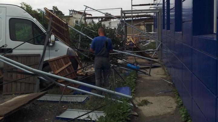 Волгоградский ураган обрушил строительные леса на микроавтобус