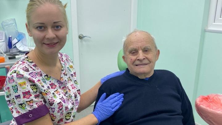 «Наконец-то покушаю»: дедушке, у которого в пожаре сгорела челюсть, бесплатно сделали новые зубы