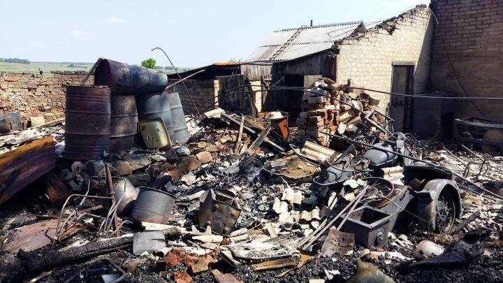 «Вышли из дома и взорвался газовый баллон»: трое южноуральцев спасли стариков на пожаре