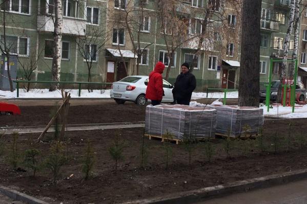 Тротуарную плитку на участке между домами Красный проспект, 94 и Красный проспект, 94/1 начали выкладывать в самом конце ноября