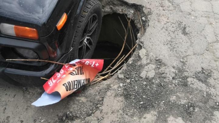 На Уралмаше внедорожник провалился в открытый люк, который квартальный требовал закрыть крышкой