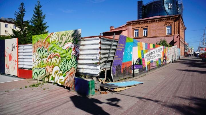 На Красном проспекте сломали забор с признаниями в любви к Новосибирску