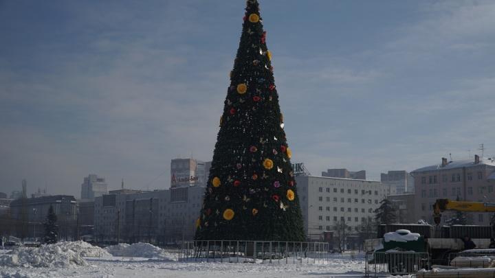 Главную городскую елку возле Театра-Театра украсили к Масленице цветами и бабочками