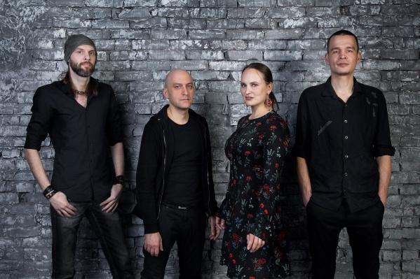 Слова и музыку для песни написала солистка группы Маргарита Мошкина, а с аранжировкой помог Евгений Барсуков (второй слева)