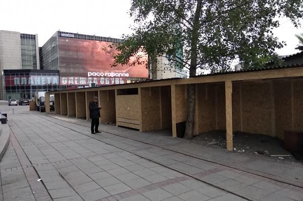 Киоски строят в проходе между уже работающими павильонами и ТЦ «Подсолнух»