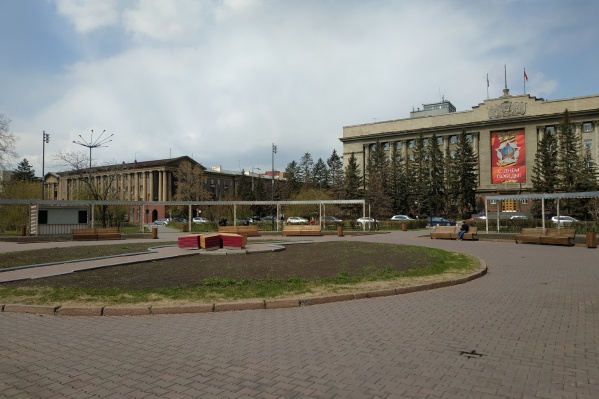 Качели появились на площади Революции год назад
