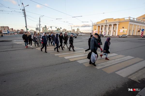 Парадокс в том, что даже после строительства подземного перехода светофоры для пешеходов не уберут, и челябинцы продолжат переходить дорогу по улице