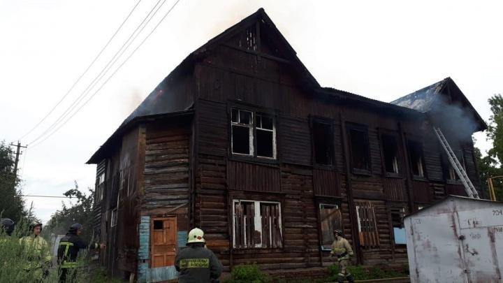 В Уфе загорелся деревянный дом: работу пожарных сняли на видео