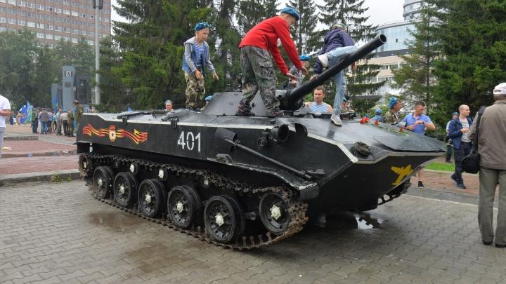 """""""Эта машина выручала нас на войне"""": у """"Чёрного тюльпана"""" установили боевую машину десанта"""