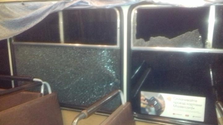 В Кургане неизвестные закидали камнями автобус №37