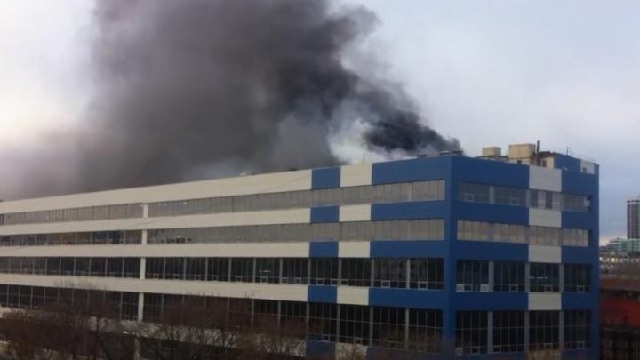 На Малышева загорелся завод «Вектор»: видео пожара