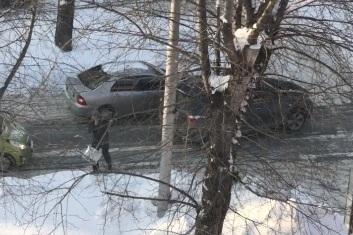 Два водителя попали в аварию, собрали пробку и начали чистить дорогу лопатами — это попало на видео