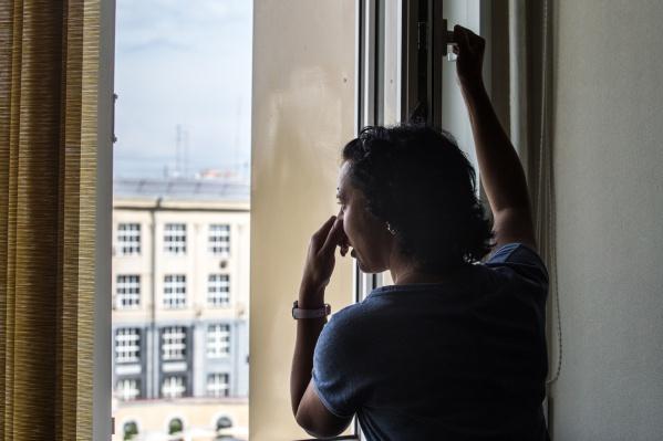 Из-за запаха в подъезде в квартирах постоянно открыты окна