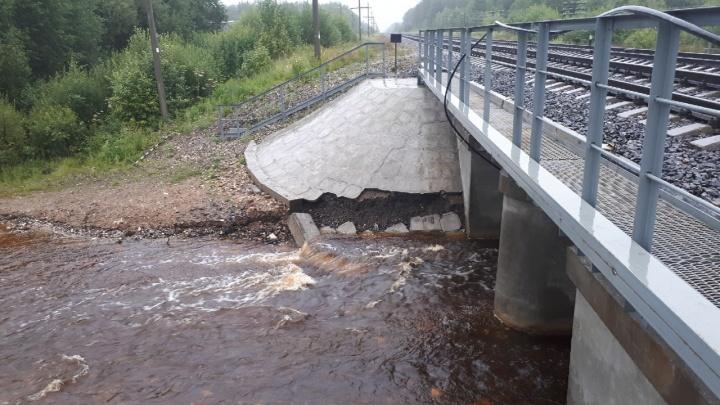 «И это не впервые»: отстроенный в прошлом году мост в Котласском районе стал разрушаться