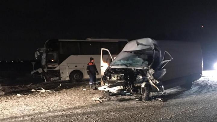 Два человека пострадали при столкновении рейсового автобуса с «Мерседесом» на Чуйском тракте