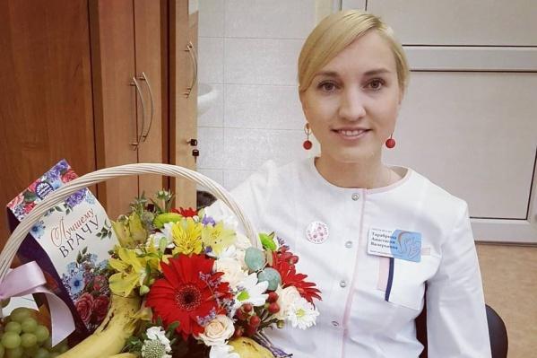 Анастасия с подарком от благодарной пациентки