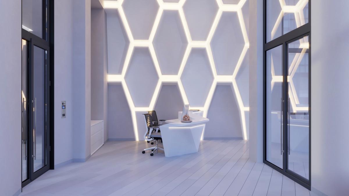 Динамичную архитектуру дома поддержат интерьеры парадных холлов с оригинальной подсветкой и диагональными линиями напольной плитки