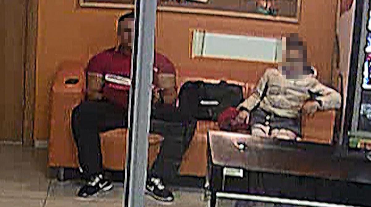 Девочка села на диван рядом с тренером