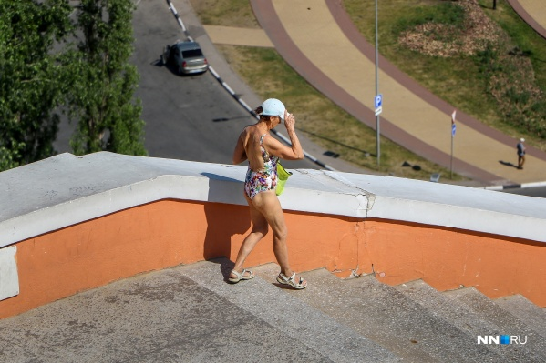 Вот такую жаркую бабушку запечатлел наш фотограф на одной из главных достопримечательностей города