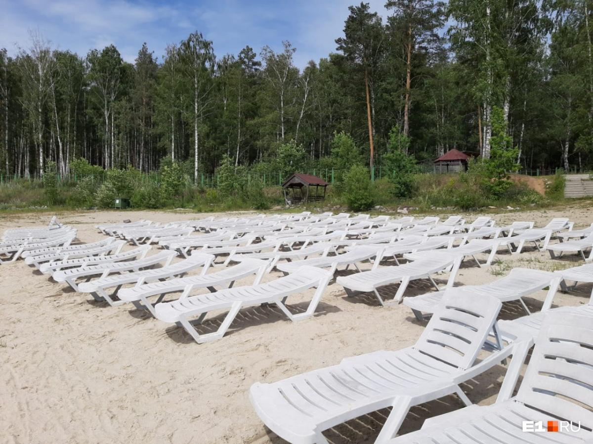 Лежаков на песчаном пляже много