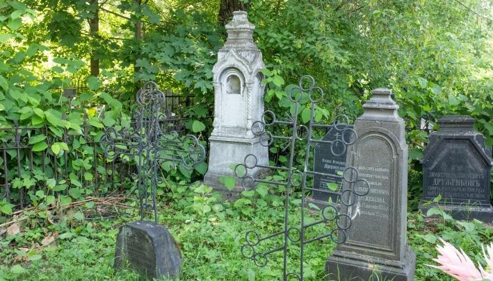 Разборки у могилы: на Леонтьевском кладбище мужчина воткнул в друга ножницы