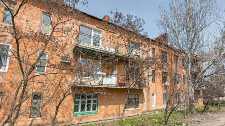 «Нам холодно!»: на юге Волгограда целый дом из-за капремонта замерзает без отопления и крыши