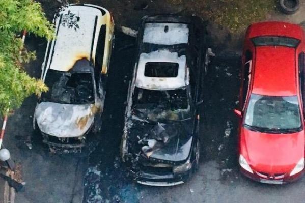Чёрный сгоревший автомобиль —«Рендж-Ровер», белый — «Киа-Рио»