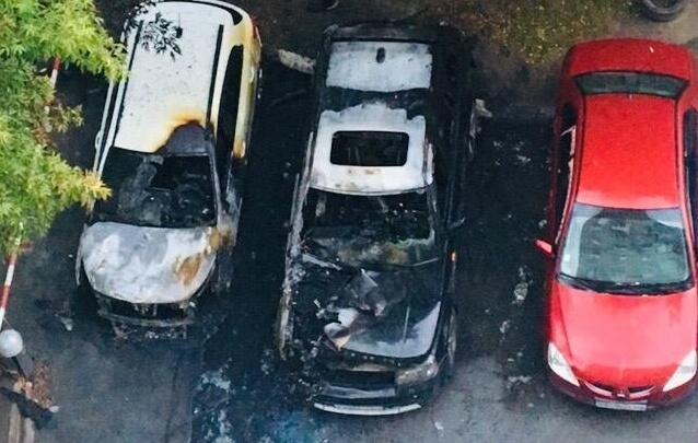 Во дворах рядом с Нарымским сквером выгорели «Рендж-Ровер» и «Киа-Рио»