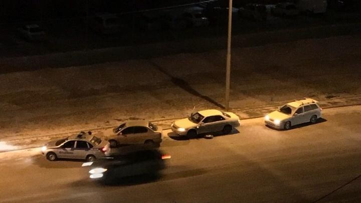 На МЖК за день в яму попали сразу несколько автомобилей
