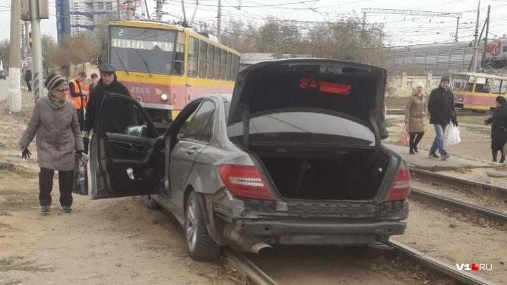 В центре Волгограда иномарка вылетела на трамвайные пути
