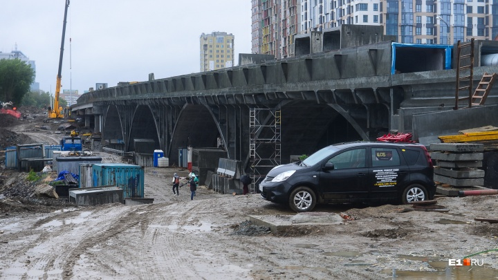 Почему так надолго закрыли проезд по Макаровскому мосту и когда его уже достроят: отвечает мэрия