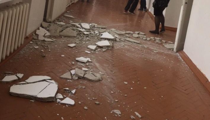 В Ишиме закрыли школу, в которой обвалился толстый слой штукартурки с потолка