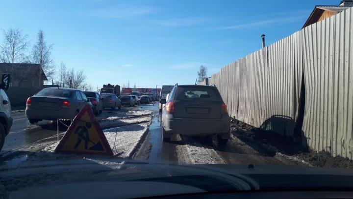 «Замерзшая грязь и дыры»: на въезде на Химмаш из-за раздолбанной дороги образовалась огромная пробка