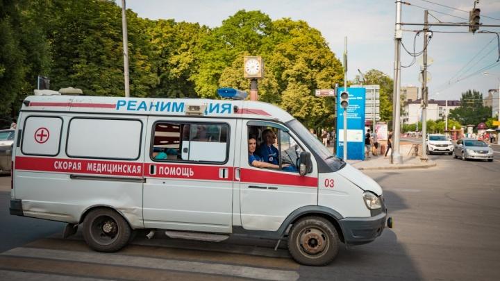 В Новочеркасске молодая мама провалилась в люк, успев оттолкнуть годовалого ребенка