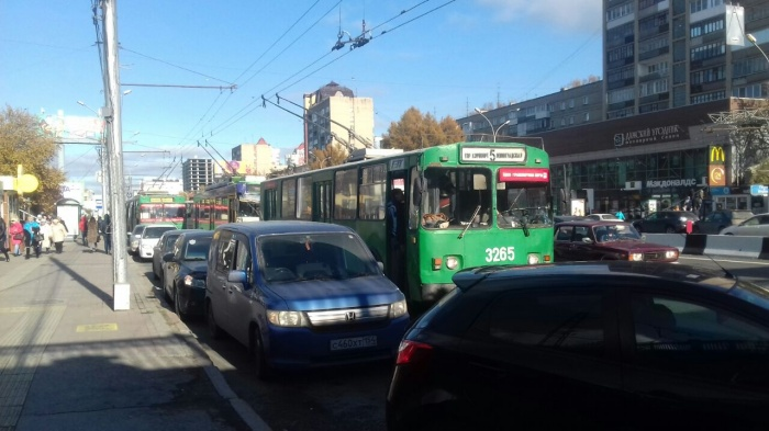 Троллейбусы встали около остановки «Метро Гагаринская»
