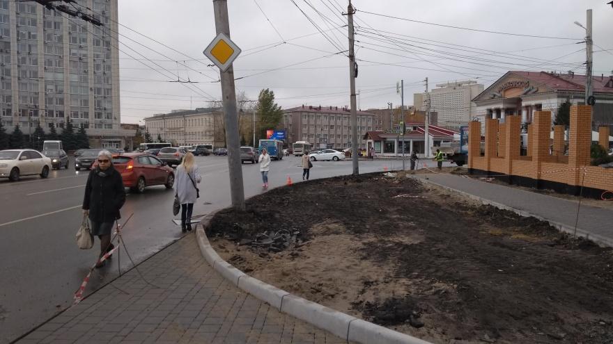 Напротив епархии перекрыли тротуар — пешеходам в центре города приходится выходить на дорогу
