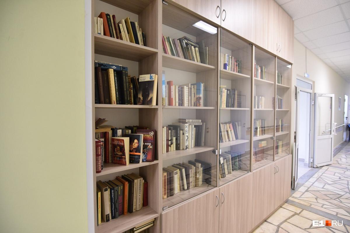 В коридоре — библиотека